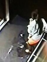 美女电梯内小便遭监控全程